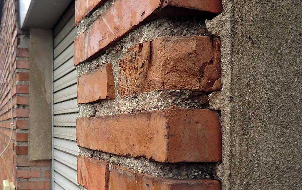 Lesiones en fachada de ladrillo. Rotura.