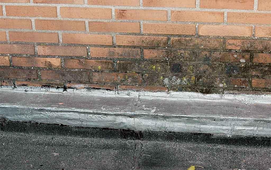 Lesiones en fachada de ladrillo. Humedad.