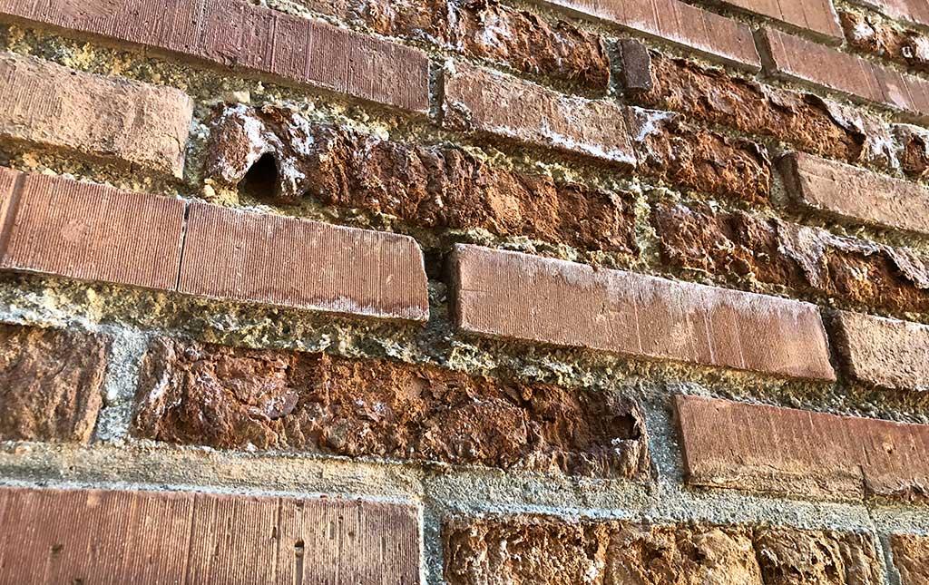 Lesiones en fachada de ladrillo.